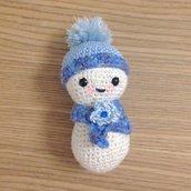 Pupazzo di neve amigurumi con sciarpa e cappello fatto a mano all'uncinetto