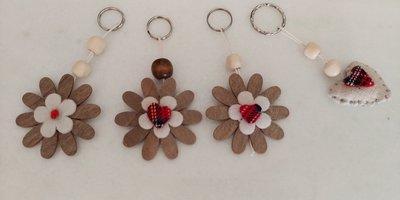 Grazioso portachiavi a forma di margherita di legno con decorazioni scozzesi , perle e brillantini rossi