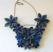 Collana kanzashi con fiori colore pavone
