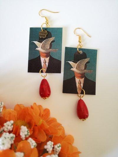 Magritte orecchini di carta con ciondolo rettangolare e perla rossa