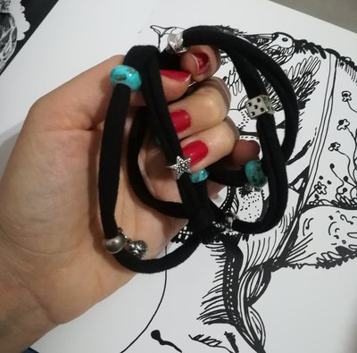 Bracciale nero fettuccia con charms. Perline azzurre vetro.