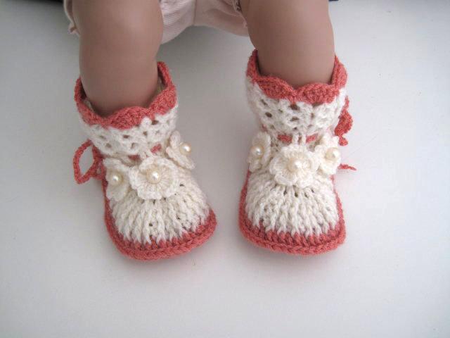 Scarpine stivaletti avorio / corallo neonata / neonato fatte a mano idea regalo corredino battesimo nascita lana uncinetto