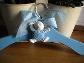 GRUCCIA appendiabito per bimbo, sui toni dell'azzurro, con orsetto ,in polvere ceramica dipinto a mano