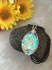 Collana con ciondolo wire impreziosito con cabochon di pietra dura di diaspro turchese e filo di rame argentato