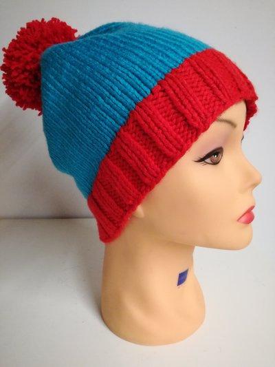 cappello in lana rosso e azzurro lavorato ai ferri
