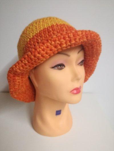 cappello in lana con falde