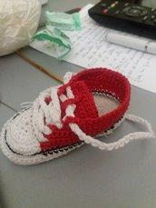 Portachiavi scarpetta rossa e bianca realizzata ad uncinetto