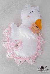 Fiocco nascita tenera cicogna con bebè e banner name cuoricini per bimba