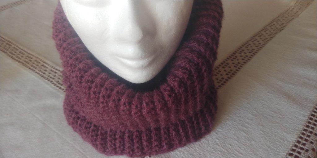 Scaldacollo caldo e morbido realizzato  interamente a mano a uncinetto a punto costa con filato in misto lana della Phildar di color vinaccio..