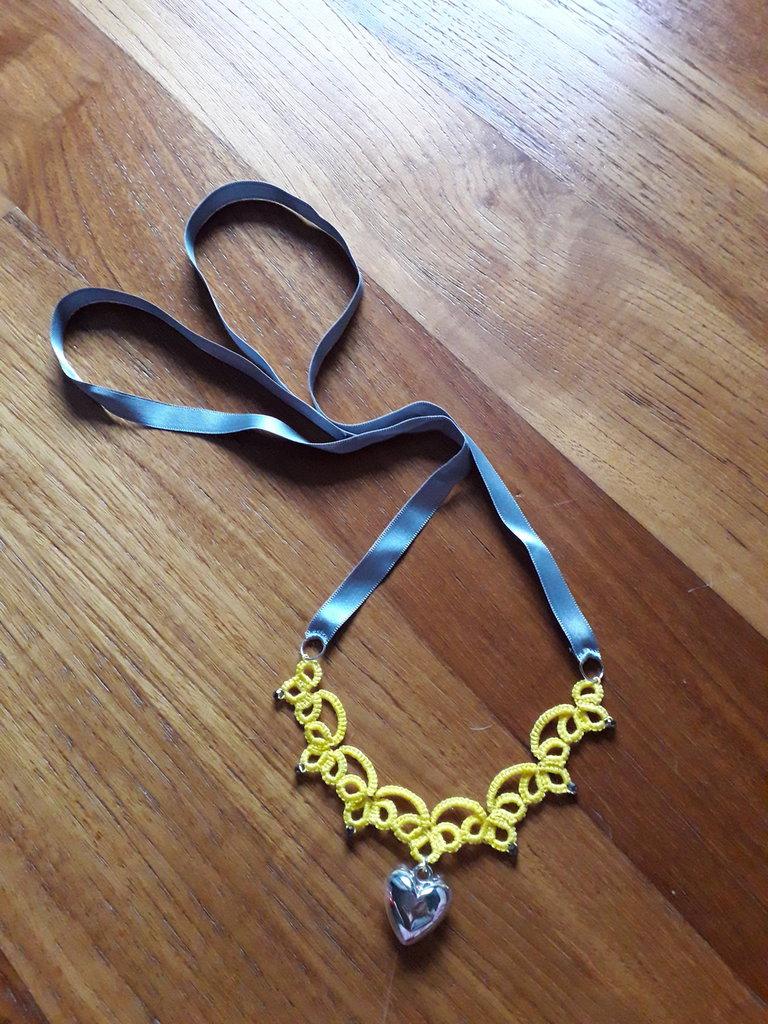 Collana giallo e grigio con cuore