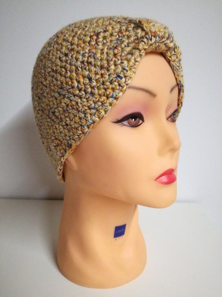 Cappello modello turbante lavorato all'uncinetto