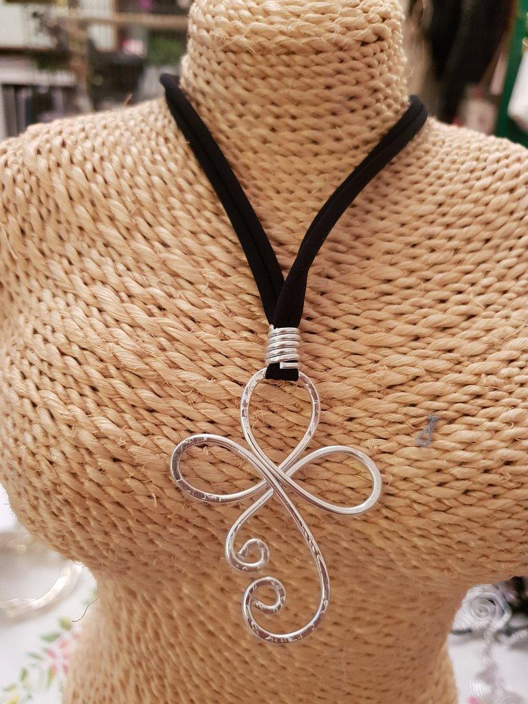 Collana regolabile in fettuccia con pendente in alluminio battuto