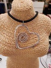 Girocollo con pendente a cuore in alluminio battuto