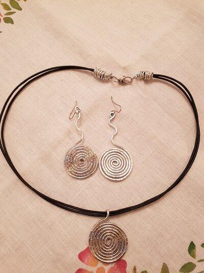 Orecchini a spirale in alluminio battuto