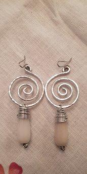 Orecchini a spirale in alluminio battuto e gocce in giada tinta