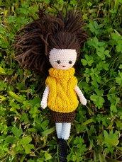Bambolina amigurumi con maglioncino giallo