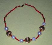 Collana di perle di vetro rosse e perle bianche e oule dorate