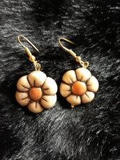 Orecchini  Fiore nella colorazione panna beige misura circa 2cm