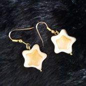 Orecchini Stella nella colorazione panna beige misura circa 2cm