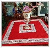 Tovaglia centro tavola rossa con macrame bianco