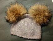 Cappello realizzato a maglia con pon pon in pelliccia