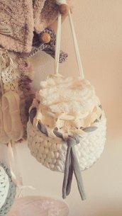 Piccolo cestino da appendere realizzato ad uncinetto con fettuccia di cotone