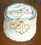 Cestino porta lavette in fettuccia di cotone panna e decorato con pizzo e ciondolo in resina con strass