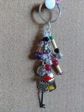 Portachiave ciondoli e perline multicolore