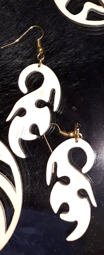 Orecchini  intagliati nel legno con taglio laser con aggancio monachella in metallo circa 5 cm