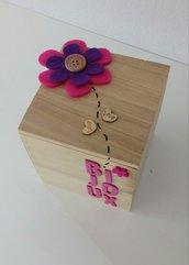 Scatola portagioie con fiore e scritta