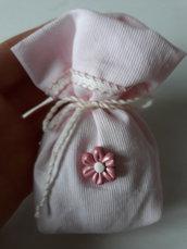 Bomboniera/segnaposto: Sacchetto imbottito porta confetti in piquet con fiorellino