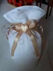 Bomboniera/segnaposto: Sacchetto per confetti in lino bianco cucito a mano imbottito ornato da nastri e cuoricino in fimo