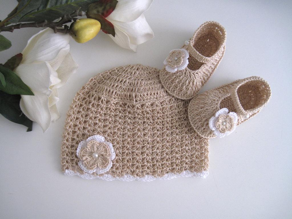 Set coordinato cappellino scarpine neonata uncinetto cotone beige ecrù cerimonia battesimo corredino nascita