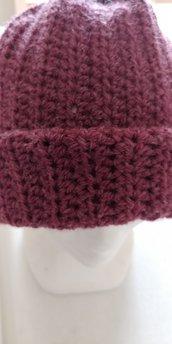 Cappello di lana di color vinaccio caldo e morbido realizzato a uncinetto