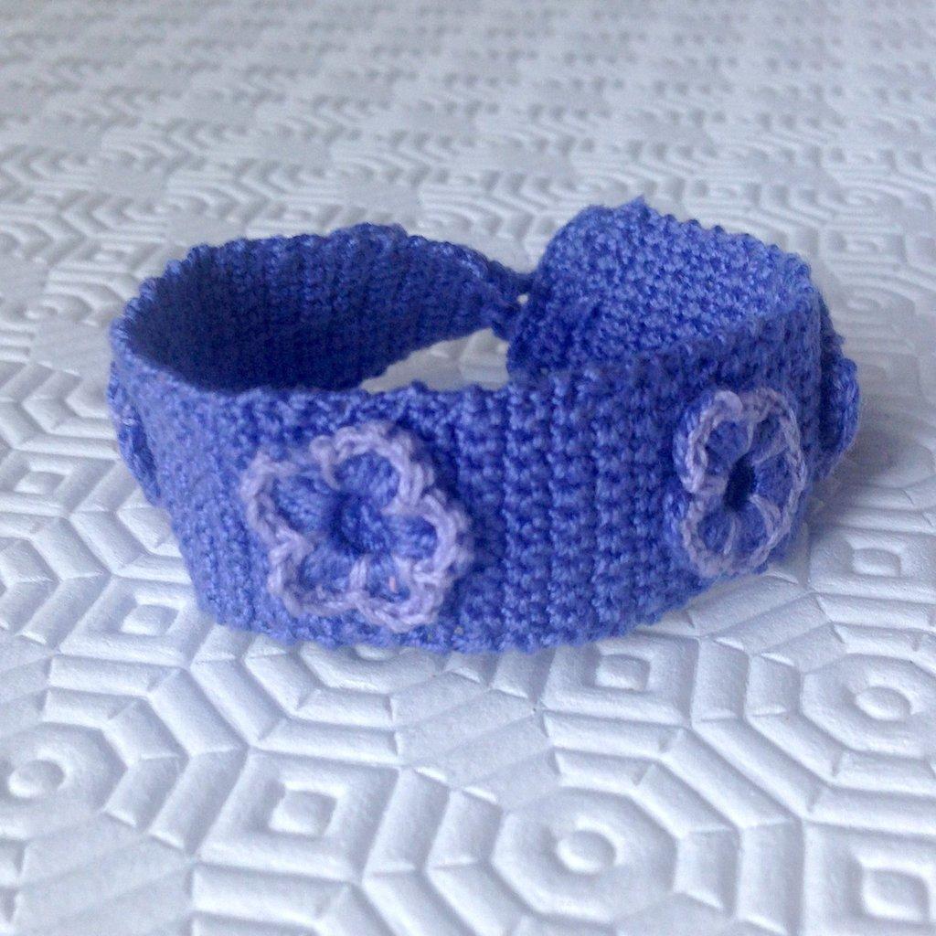 Braccialetto lilla con fiorellini e bottone fatto a mano all'uncinetto