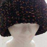 Cappello di lana di colore nero con intarsio di colore color oro - caldo e morbido realizzato a uncinetto