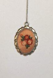 Collana con cameo di seta con ricamo a mano di piccole rose a punto vapore