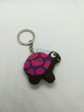 Tartaruga portachiavi, in pannolenci viola e fuxia cucita a mano