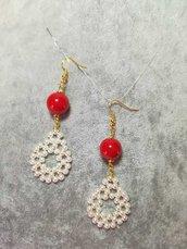 Orecchini Pendenti Perle Bianche e pietre rosse Colore Oro Fatti a mano