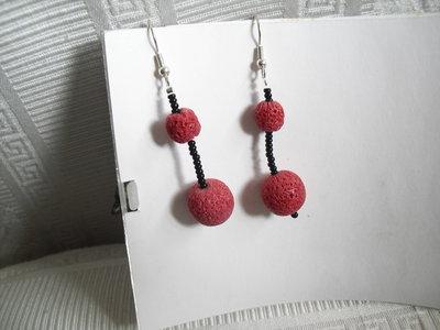 orecchini neri con perle  rosse