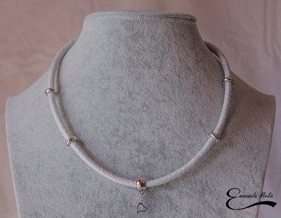 Collana rigida in pelle sintetica simil caucciu colore bianco e argento con ciondolo charme