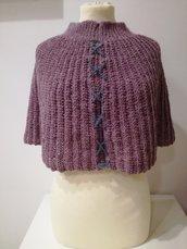 poncho in lana lavorato all'uncinetto