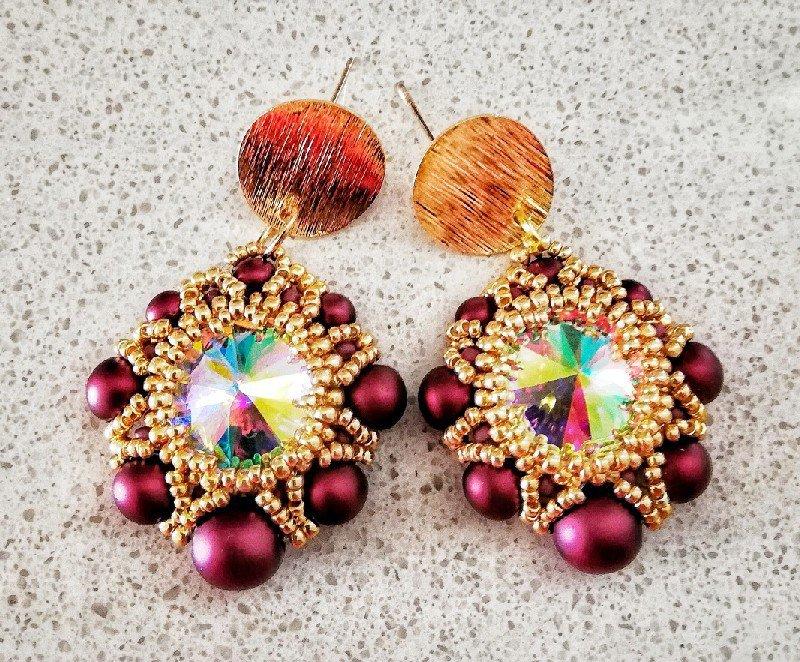 Orecchini con perle color bordeaux e rivoli color cristallo