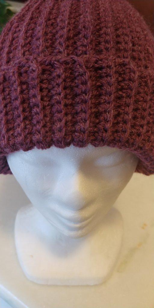 Cappello di lana di color vinaccio caldo e morbido realizzato a uncinetto a punto costa