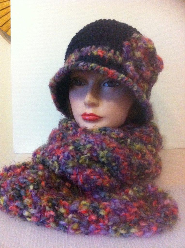 cappello cloche blu con sciarpa multicolor