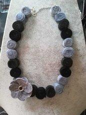 Collana in feltro nera e grigia fatta a mano con fiore applicato catenina per regolare lunghezza
