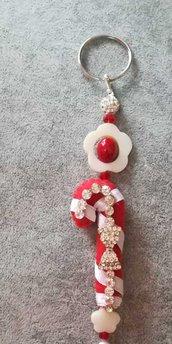 Portachiavi artigianale con pietre madreperla rosso nappa bianca elegante