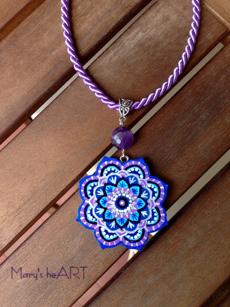 Girocollo con ciondolo Mandala in legno dipinto a mano e agata viola