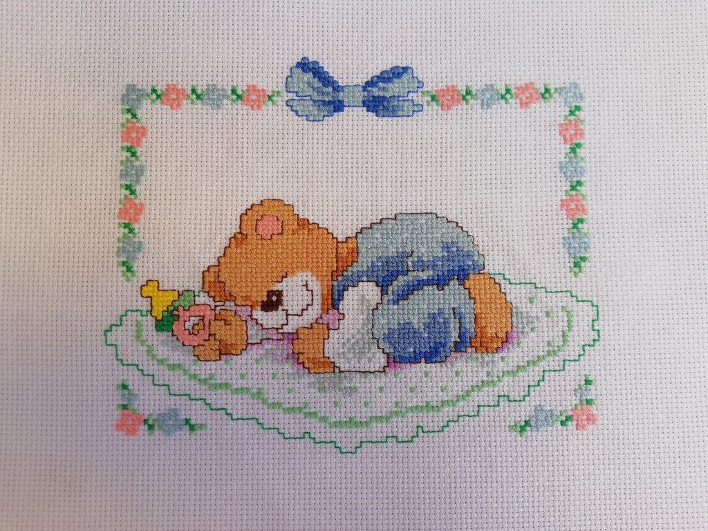 Ricamo punto croce orsetto azzurro nascita fiocco coperta culla quadro bimbo