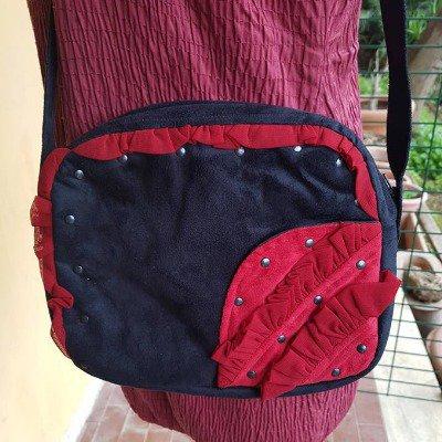 Borsa piccola in tessuto effetto scamosciato nera e rossa